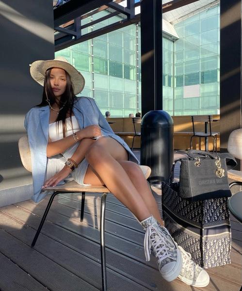 Фото №1 - С чем носить соломенную шляпу: Катя Сафарова показала новый летний образ