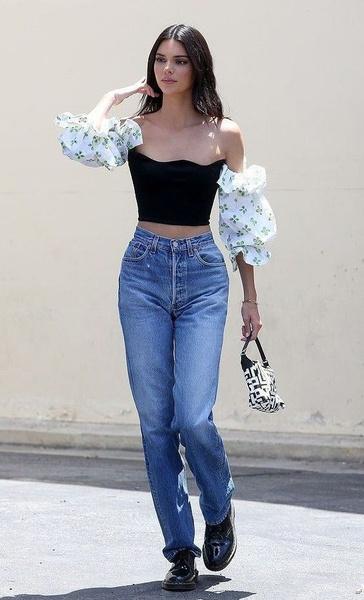 Фото №4 - Хочешь пойти на выпускной в кроссовках и джинсах? Тогда лови 7 стильных образов от Кендалл Дженнер!
