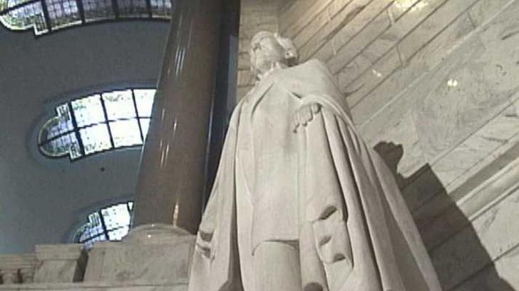 Фото №1 - Сносившие памятник главы Конфедерации в США нашли бутылку бурбона