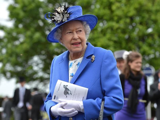 Фото №1 - Внутри королевского шкафа: как создается и где хранится одежда Елизаветы II
