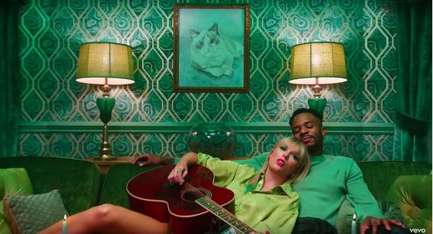 Фото №8 - 8 пасхалок в новом клипе Тейлор Свифт «Lover», которые ты не заметила