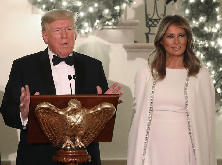Фото №2 - Что не так с рождественской открыткой Трампов