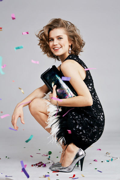 Платье, DKNY, 26750 руб.; туфли, серьги, клатч, браслет, все – Aldo, 5950 руб., 450 руб., 2950 руб. и 950 руб.