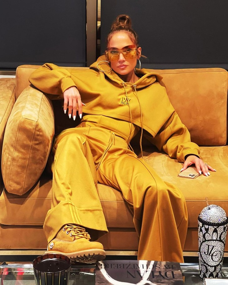 Фото №1 - Выбираю костюм под цвет дивана: модная мимикрия Дженнифер Лопес