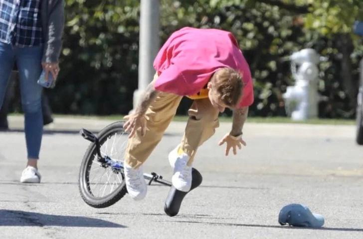 Фото №2 - Битва фотожаб: Джастин Бибер падает с одноколесного велосипеда