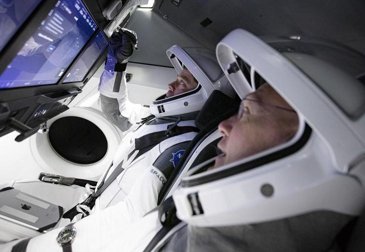 Фото №1 - Астронавты NASA и SpaceX впервые будут использовать для управления кораблем не физические кнопки, а сенсоры (видео)