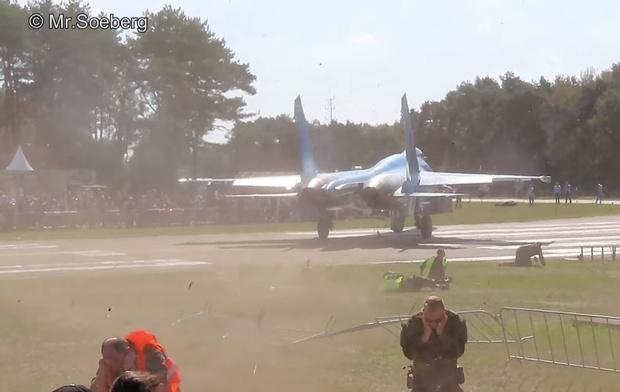 Фото №1 - Истребитель Су-27 сдувает людей на авиашоу (видео)
