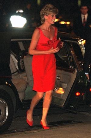Фото №35 - 70 красных нарядов: как принцесса Диана носила любимый цвет