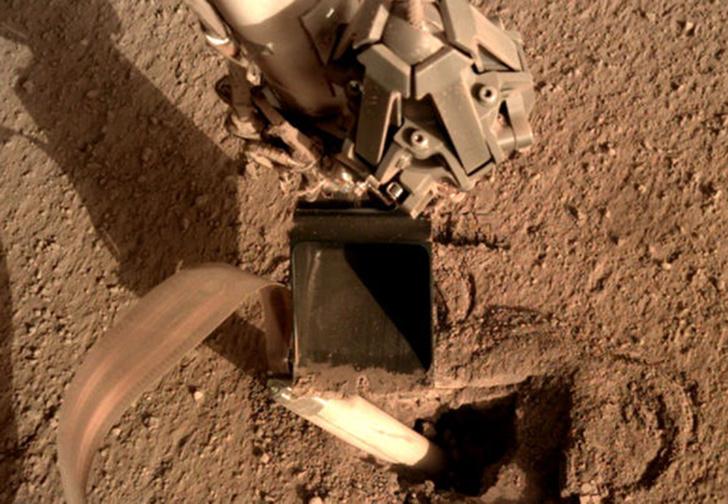 Фото №1 - NASA выручило свой застрявший марсоход, заставив его ударить самого себя лопатой (видео)