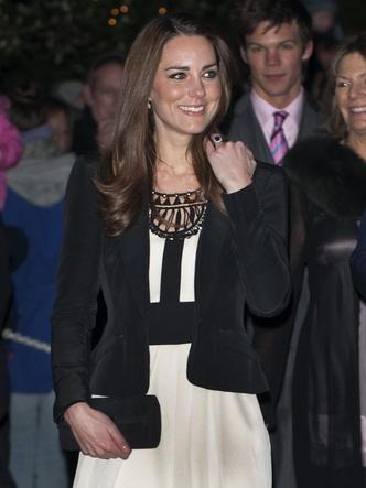 Фото №11 - До свадьбы и стилиста: какими были официальные выходы Кейт в статусе подруги принца