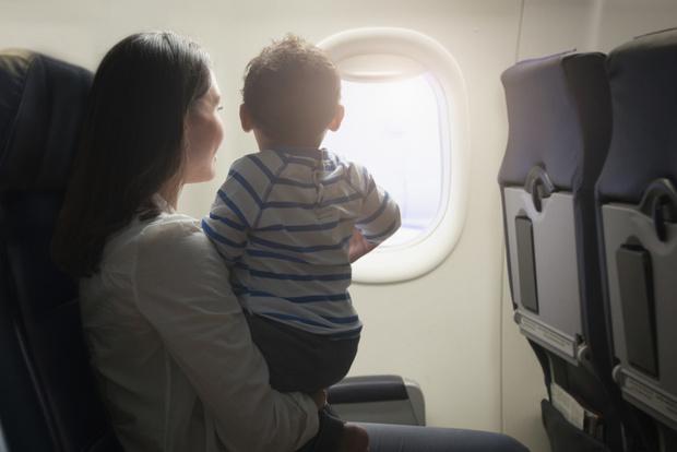 Фото №1 - Мама раздала пассажирам самолета подарки от сына-грудничка