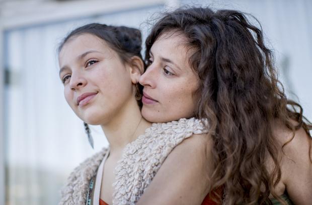 Фото №2 - Воспитание достало: зачем мать лезет в жизнь взрослой дочки