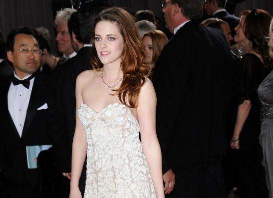 Фото №1 - Кристен Стюарт появилась на «Оскаре» с костылями
