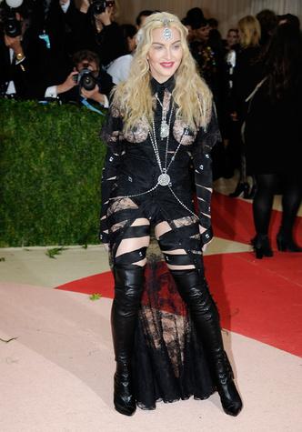 Фото №21 - Королева скандала: самые запоминающиеся образы Мадонны