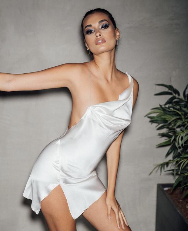 Жизель Оливейра в жемчужном и очень маленьком платье-комбинации