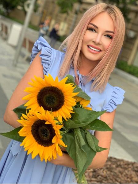 Фото №1 - Пынзарь станцевала в мини-платье, но поклонники этого не оценили