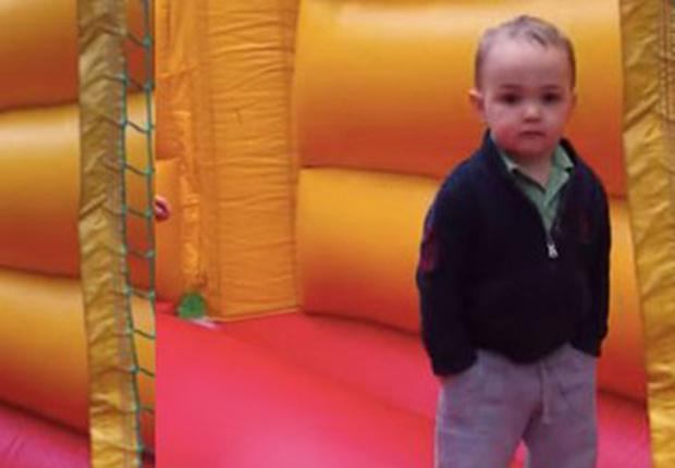 Фото №1 - Ребенок стал мемом за то, что в два года выглядит как мужик с ипотекой (вирусное видео)