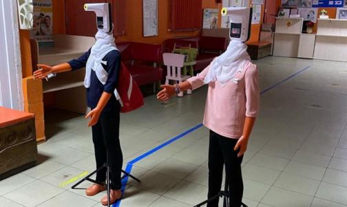 """Фото №1 - """"Коронавирусные"""" манекены измеряют температуру и дезинфициуют руки детям и их родителям в поликлинике"""