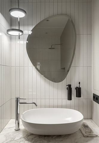 Ванная комната. Зеркало, Arbi. Подвесной светильник, Marset. Раковина, Nic Design. Смеситель, Zucchetti. Плитка, Equipe.