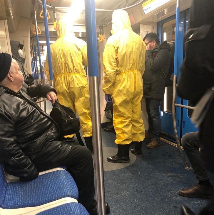 Фото №2 - «Были в защитных масках и кашляли». Пранкеры устроили в московском метро розыгрыш по мотивам коронавируса
