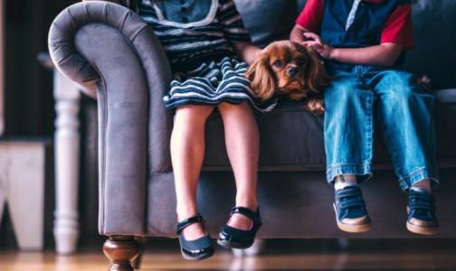 Фото №1 - «Клубничный» язык и красные щеки: Ученые нашли новые симптомы коронавируса у детей