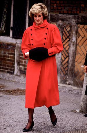Фото №64 - 70 красных нарядов: как принцесса Диана носила любимый цвет