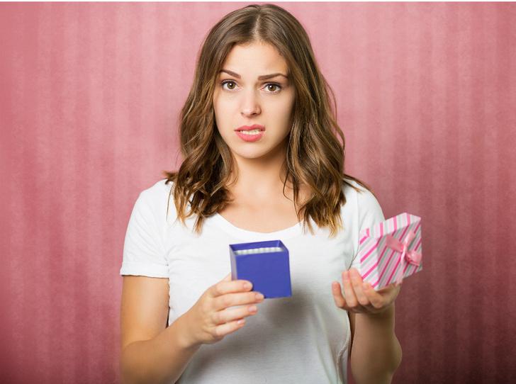 Фото №1 - «Плохие» подарки: что не стоит дарить согласно приметам и суевериям (и почему)