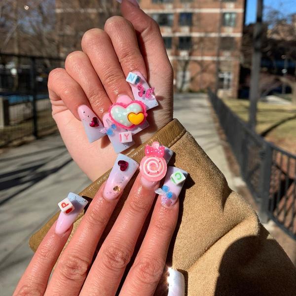 Фото №1 - Утиные ногти: самый неоднозначный летний тренд из ТикТока 🦆