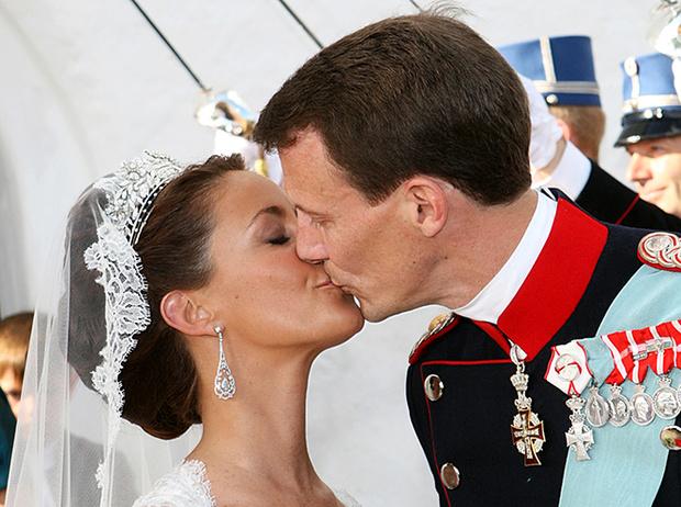 Фото №53 - Самые трогательные моменты королевских свадеб (о Гарри и Меган мы тоже не забыли)