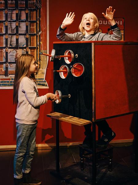 Фото №2 - Как вернуть ребенку веру в чудо— узнаете в Музее Магии в Петербурге