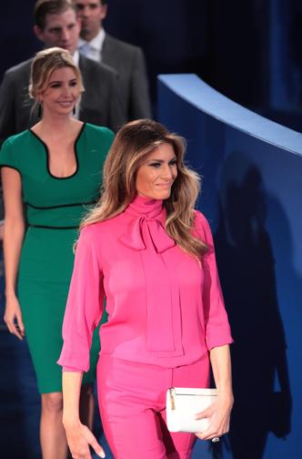 Фото №2 - Миссис эпатаж: самые скандальные образы Мелании Трамп в роли Первой леди