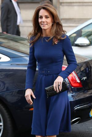 Фото №4 - Не просто платье: что Кейт хотела сказать Королеве своим нарядом
