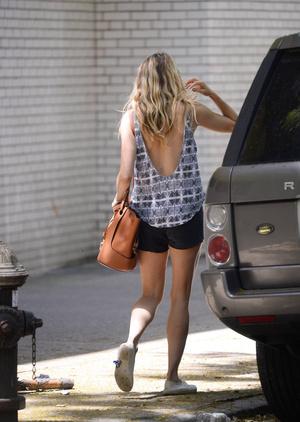 Фото №2 - Сумка, которую Сиенна Миллер носит и зимой, и летом