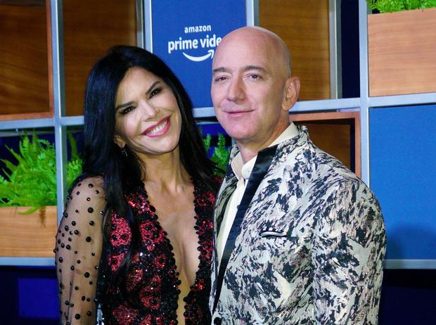 Фото №1 - Самый богатый человек мира впервые вышел в свет вместе с новой возлюбленной