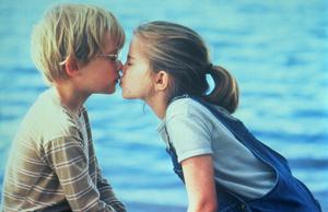 Фото №1 - Селена Гомес, Милли Бобби Браун и другие звезды, первый поцелуй которых случился на съемках