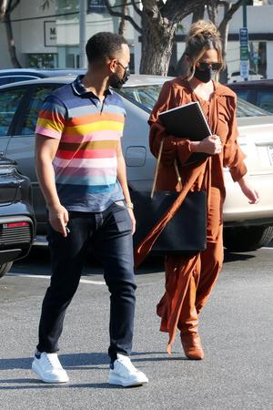 Фото №3 - Крисси Тейген в платье и сапогах самого актуального цвета месяца