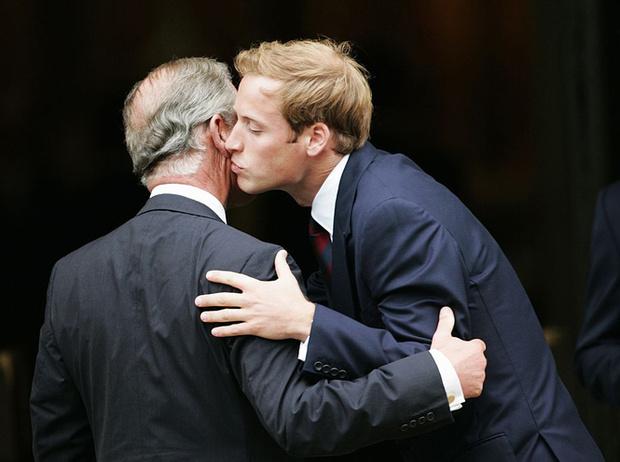 Фото №2 - Самые милые фотографии королевских отцов с детьми