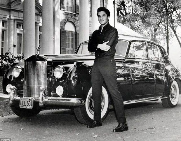 Элвис, что вполне логично, мог позволить себе абсолютно любой автомобиль. Но этот «Роллс-Ройс» предпочел оформить в лизинг. После 32 ежемесячных выплат между октябрем 1965-го и маем 1968-го он, наконец, понял, что «Роллс» ему вообще-то не нужен и, не мешка