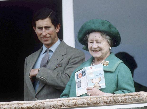 Фото №1 - Как Королева-мать помогала Чарльзу поддерживать тайную связь с Камиллой