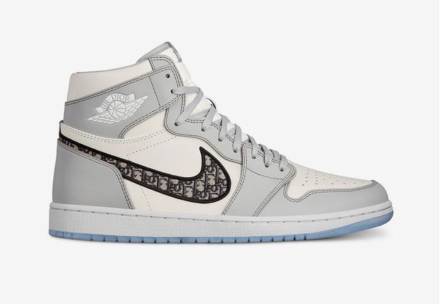 Фото №1 - В Китае подделали кроссовки Dior x Nike Air Jordan по слитой в «Инстаграм» фотографии, приняв водяной знак за часть дизайна (фото и видео)