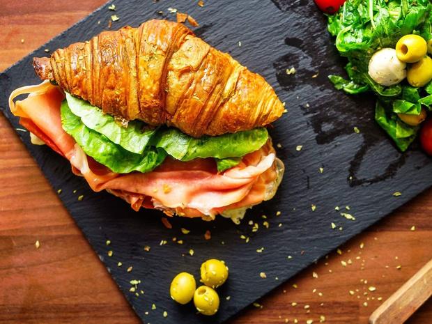 Фото №1 - Сэндвич-круассан: 5 необычных и вкусных идей для завтрака