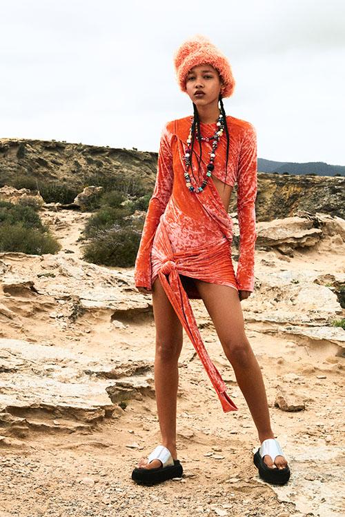Фото №19 - Цветные шубы, вязаные брюки и венец из перьев: коллекция Attico осень-зима 2021