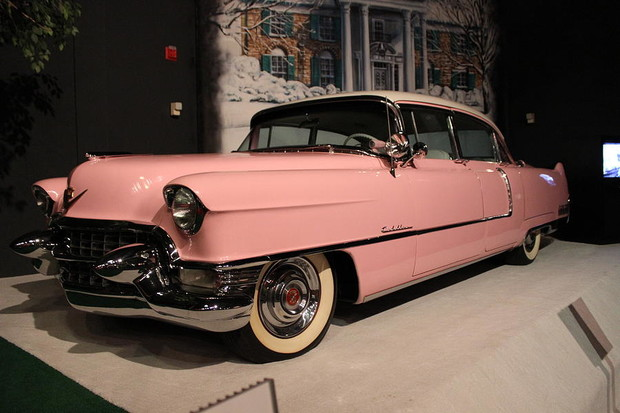 Но начнем мы все равно именно с «Кадиллака». Тем более, что «Флитвуд» 1955 модельного года— самое популярное звено в цепочке «Элвис-автомобиль». Изначально этот «Кэдди» был синего цвета, но Пресли распорядился перекрасить машину в розовый, чтобы она лучше