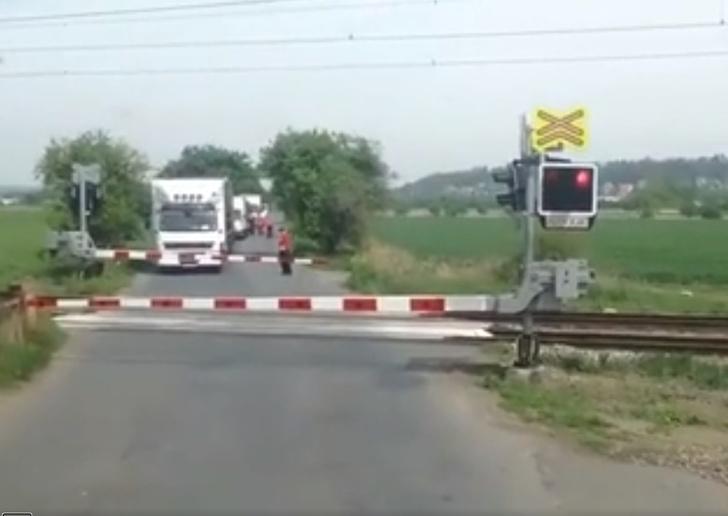 Фото №1 - Неожиданный финал ожидания на железнодорожном переезде (видео)