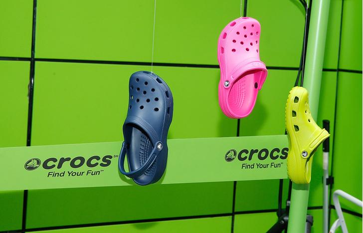 Фото №1 - Феномен Crocs: почему звезды в 2021-м году перешли на «огородную» обувь