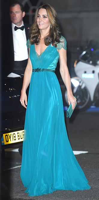 Фото №29 - 15 примеров, когда королевские особы надевали одно и то же вечернее платье несколько раз
