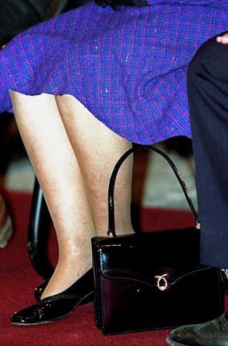 Фото №22 - Секреты дамской сумочки Елизаветы II: что Королева всегда носит с собой