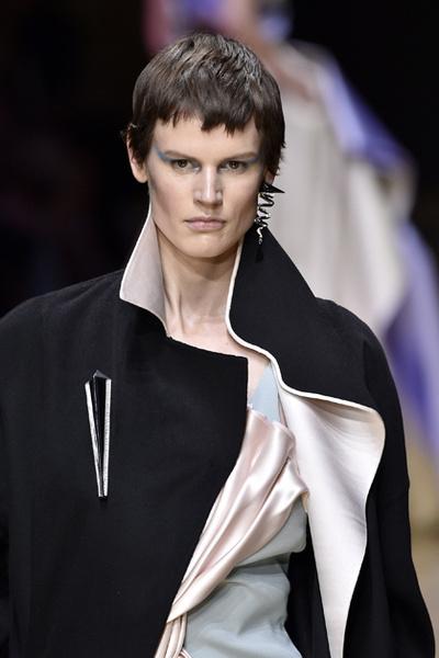 Фото №9 - Плащи Haute Couture и туфли с бантами на парижском показе Versace