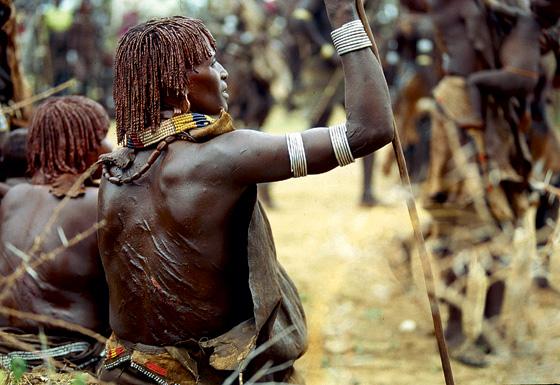 Фото №7 - Удары судьбы: за что мужчины эфиопского племени бьют своих женщин