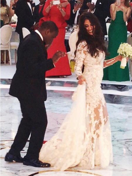 Фото №1 - Миллион белых роз: роскошная свадьба сына миллиардерши из Нигерии